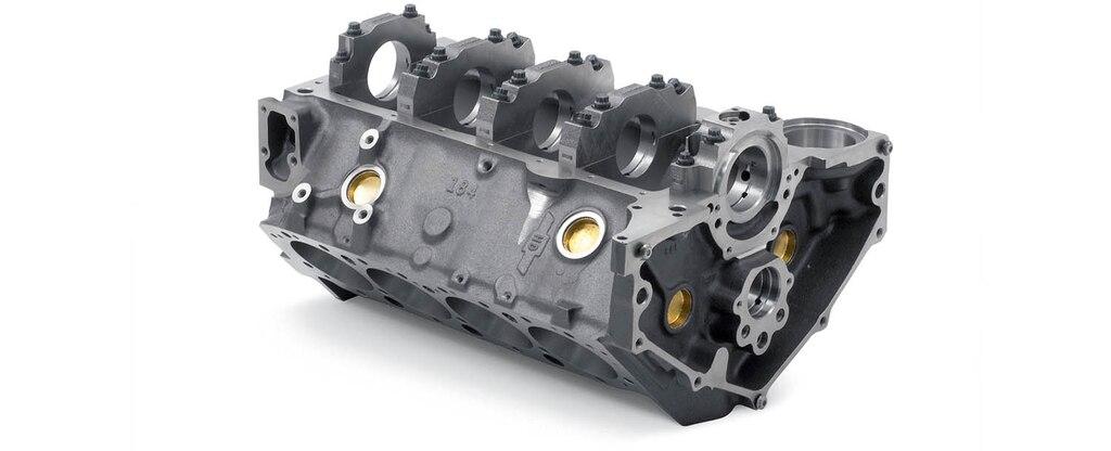 Vista inferior trasera del bloque pequeño de motor Bowtie Sportsman de Chevrolet Performance para utilizar con adaptador para el sello de 1 partes