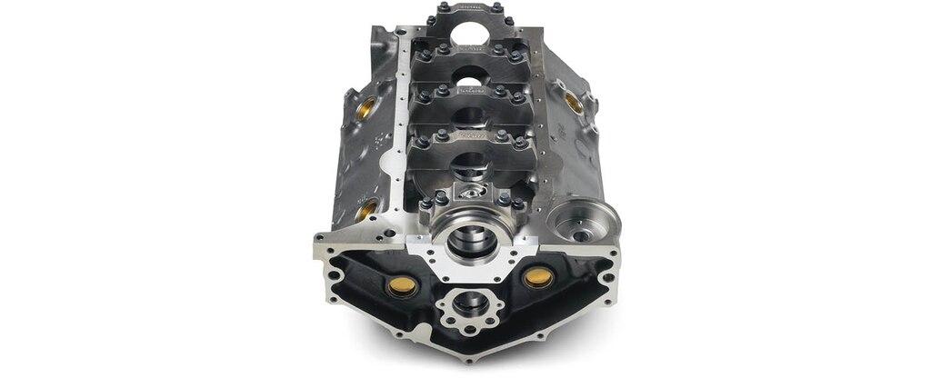 Vista inferior trasera del bloque pequeño de motor 350 Bowtie Sportsman de Chevrolet Performance con sello trasero principal de 2 piezas