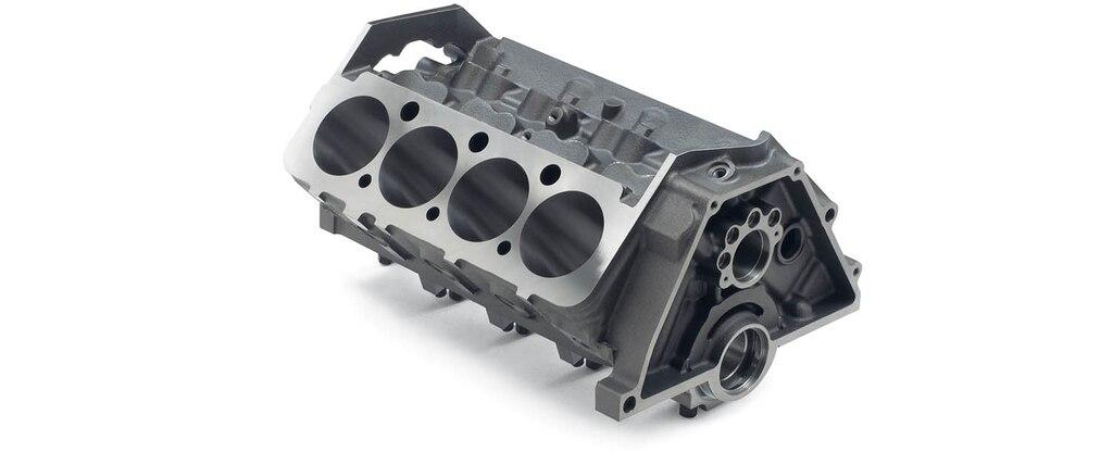 Vista superior trasera del bloque pequeño de motor para carreras con cubierta baja de Chevrolet Performance