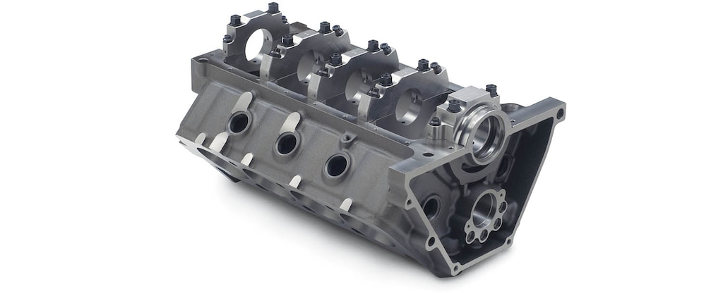 Vista inferior trasera del bloque pequeño de motor para carreras con cubierta baja de Chevrolet Performance