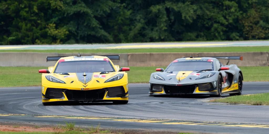 Toma desde el frente del auto de carrerasChevy IMSA Corvette en la pista