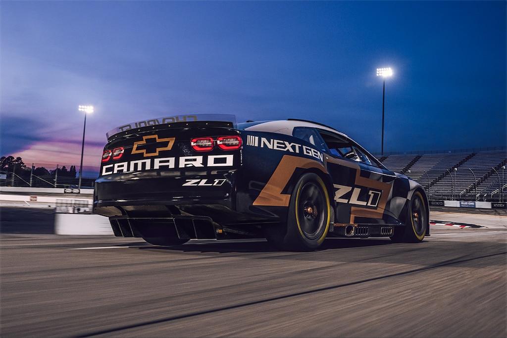 Automovilismo - Next Gen Nascar 2021: Toma de atrás de auto de carrerasCamaro
