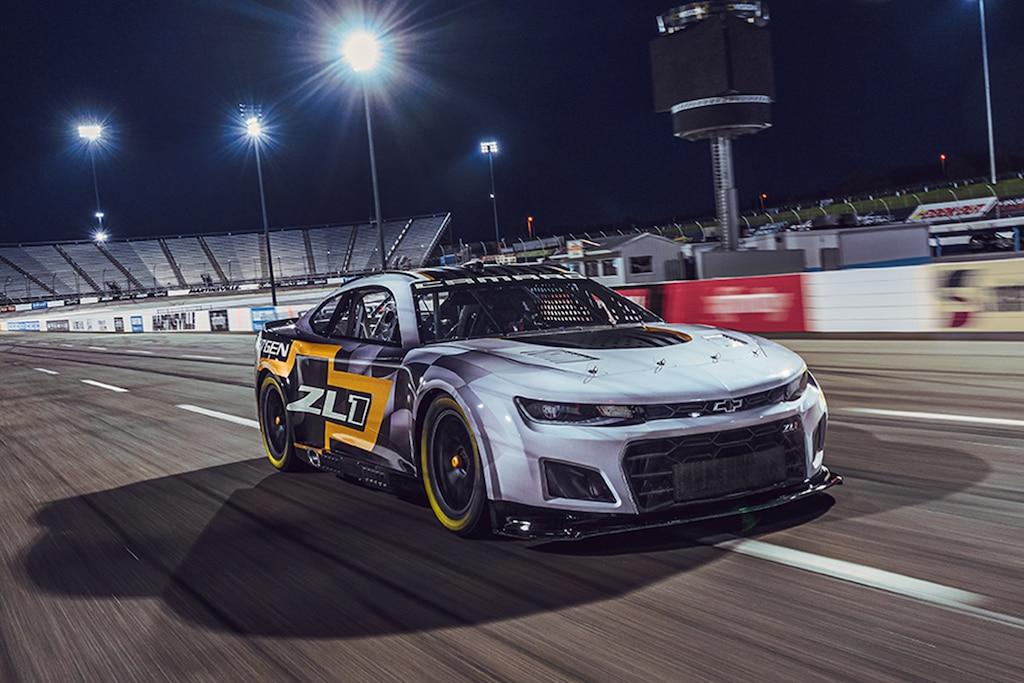 Automovilismo - Next Gen Nascar 2021: Vista de medio perfil frontal de auto de carreras