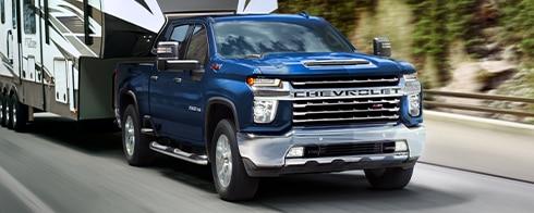 Totalmente nueva camioneta Chevy Silverado HD 2021 llevando un remolque