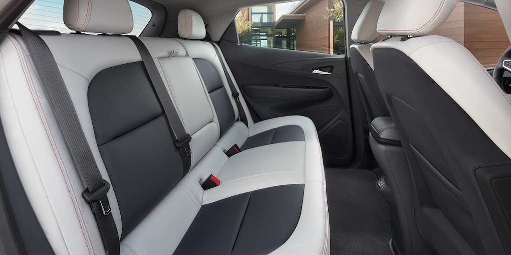 Foto del interior del vehículo completamente eléctrico Bolt EV 2018: asiento trasero