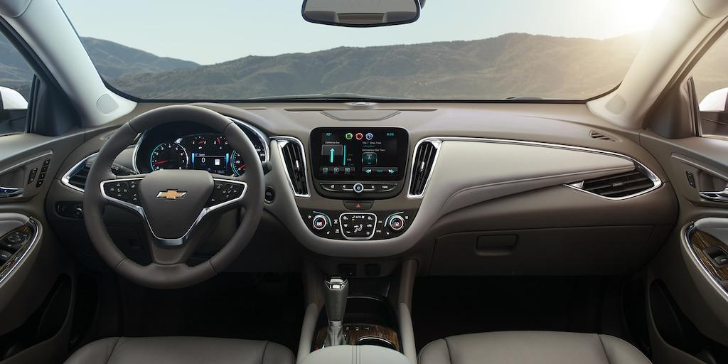 Foto del interior del auto de tamaño mediano Chevrolet Malibu 2018: asientos delanteros
