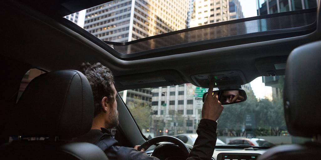Foto del interior del auto de tamaño mediano Chevrolet Malibu 2018: techo corredizo
