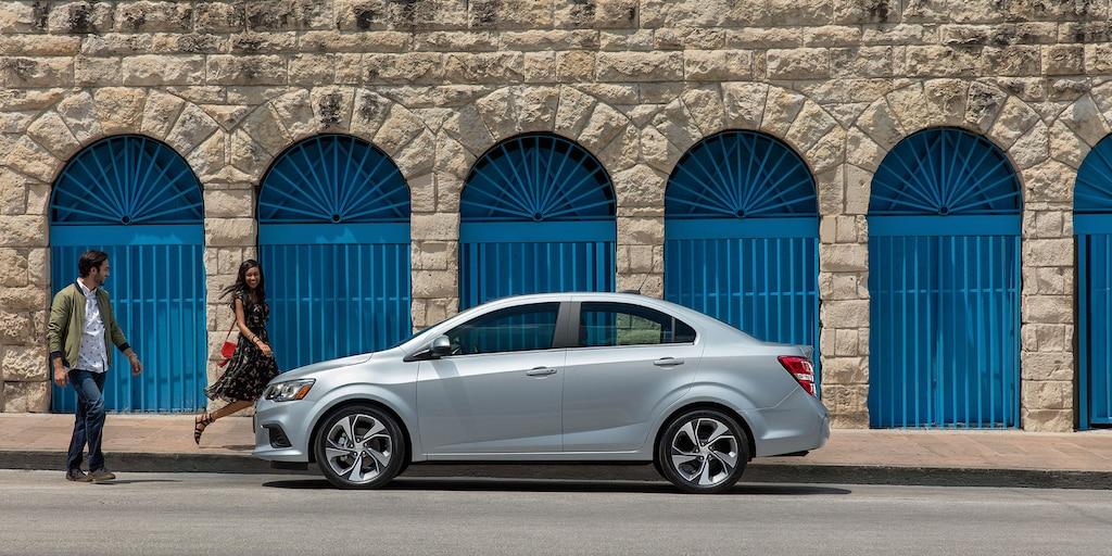 Foto del exterior del auto compacto Chevrolet Sonic 2018: perfil lateral del sedán