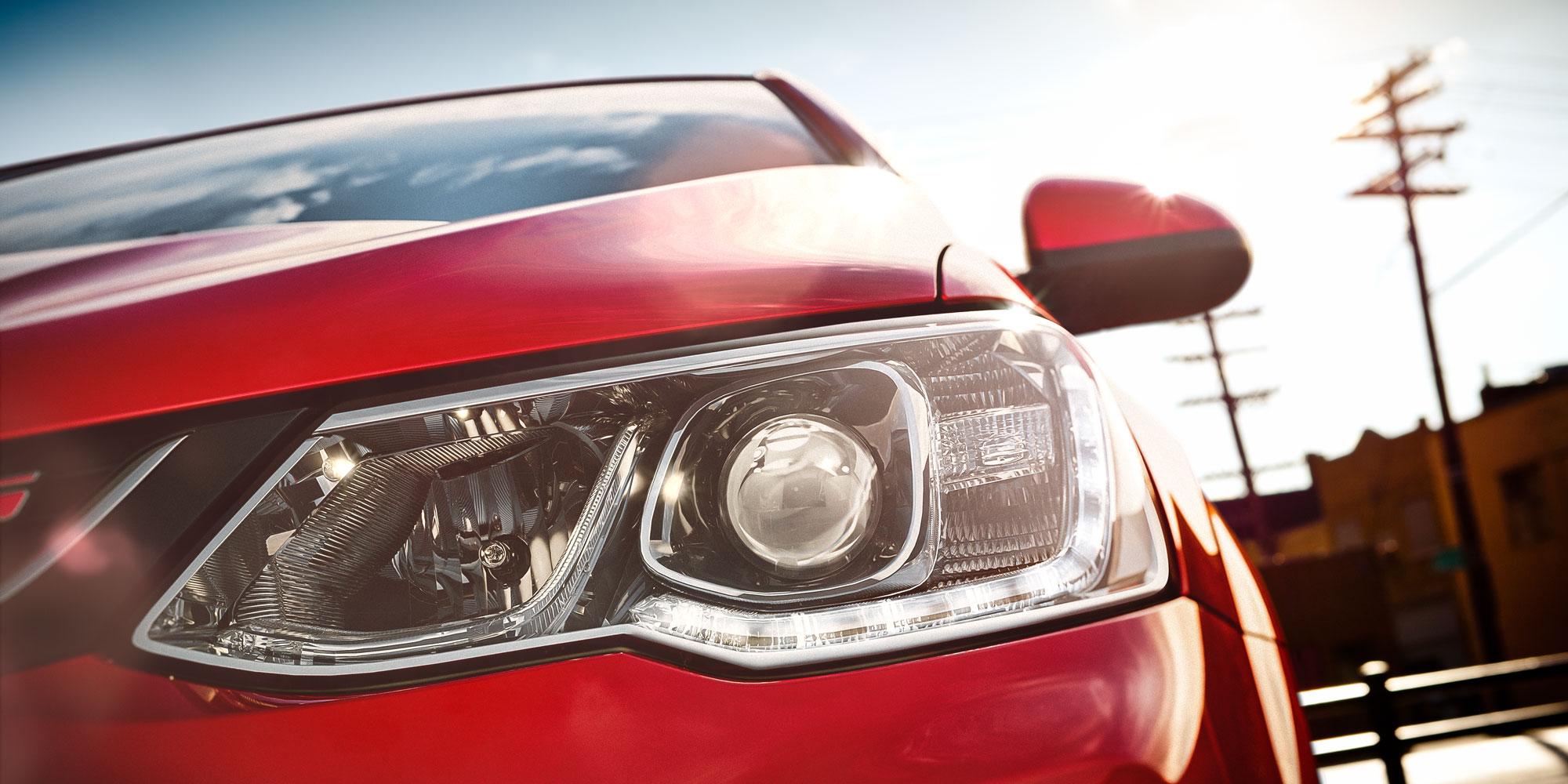 Diseño del auto compacto Chevrolet Sonic 2018: faro delantero