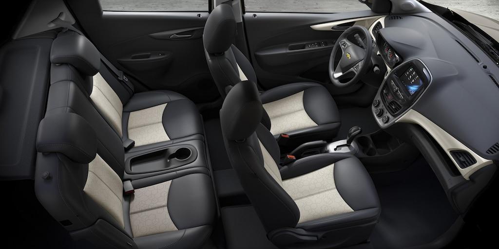 Foto del interior del auto urbano Chevrolet Spark 2018: asientos