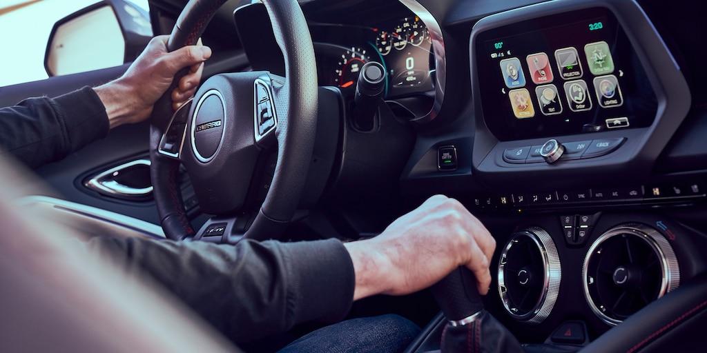 Foto del interior del auto deportivo Camaro 2018: cabina del conductor
