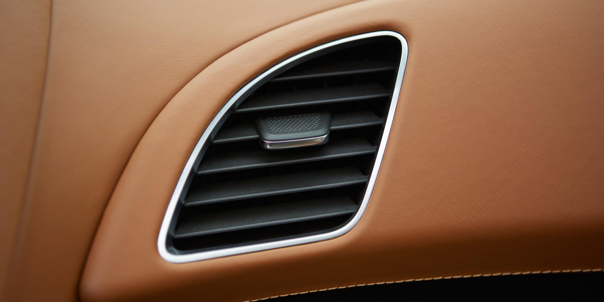 Diseño del auto deportivo Corvette Stingray 2018: ventilaciones en el tablero