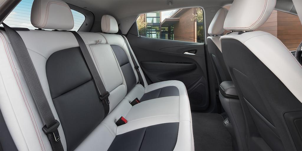 Foto interior del auto eléctrico Bolt EV 2019: asientos traseros