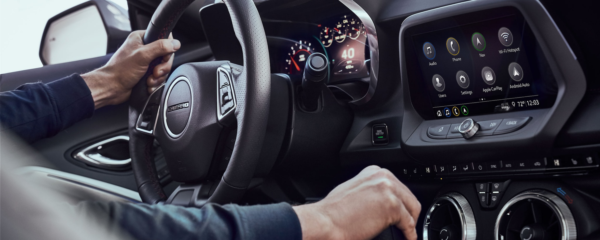 Foto del interior del Camaro 2019: Interior del 3LT Coupe con pantalla de infoentretenimiento