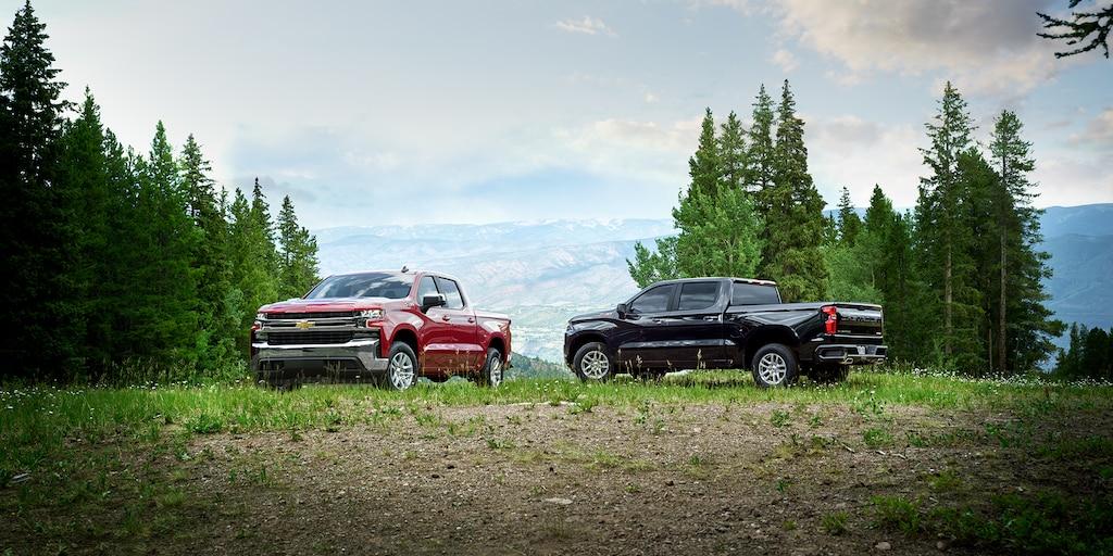 Foto del exterior de la camioneta pickup Silverado 1500 2019: dos camionetas