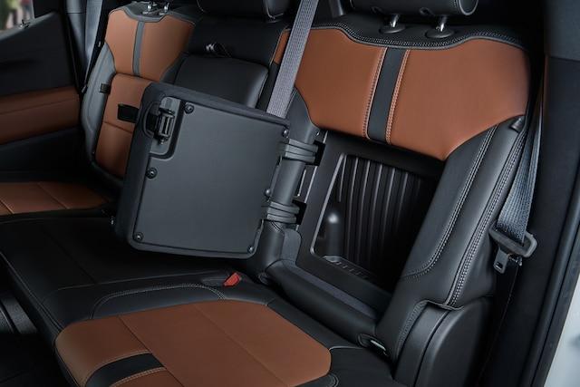 Características del interior de la camioneta Silverado 1500 2019: Compartimento de almacenamiento en el respaldo de los asientos traseros