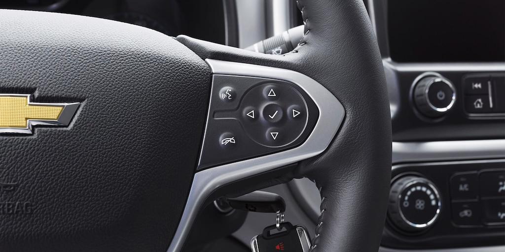 Foto del interior de la camioneta de trabajo Colorado Commercial 2020: controles en el volante