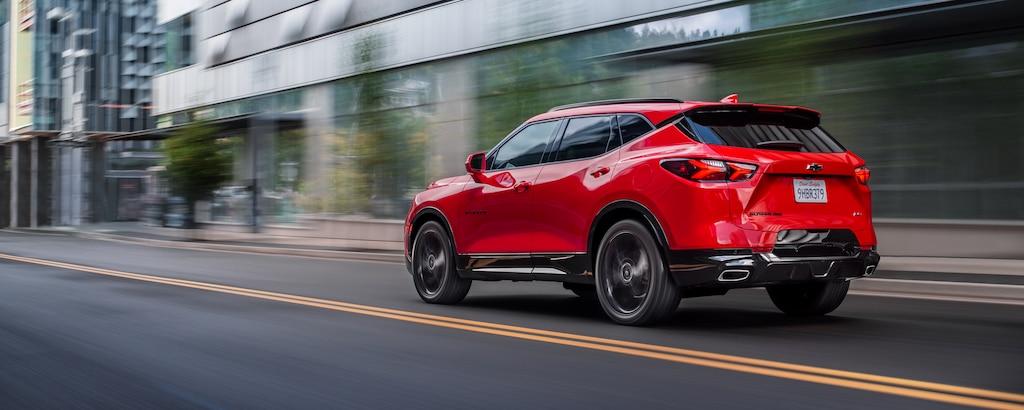 SUV deportiva Chevy Blazer 2020: paseando por la calle - vista trasera