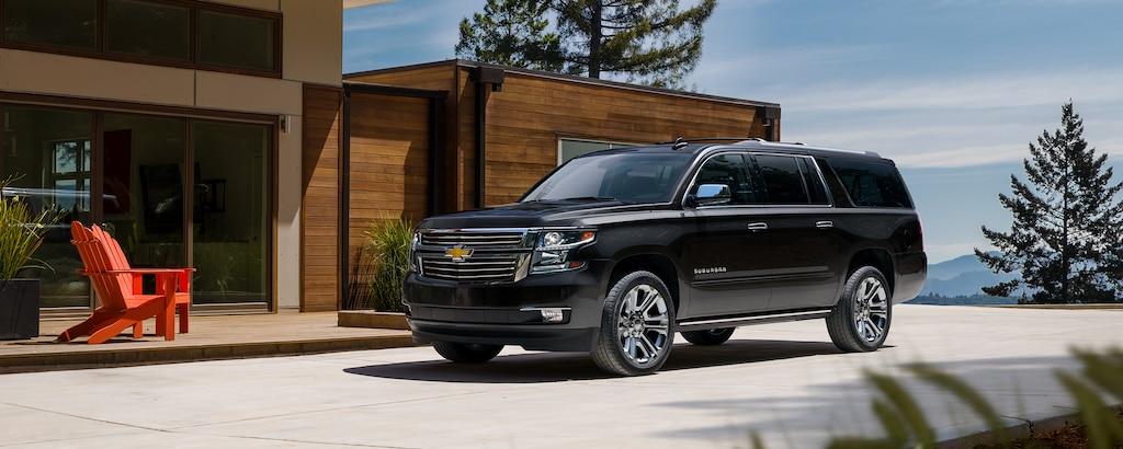 Vista frontal lateral de la SUV grande Suburban 2020