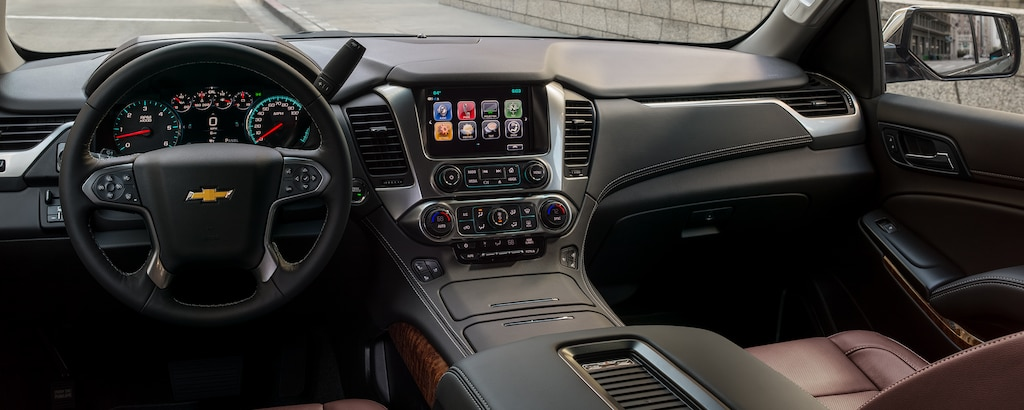 Vista interior del tablero delantero de la SUV de tamaño completo Chevrolet Tahoe 2020