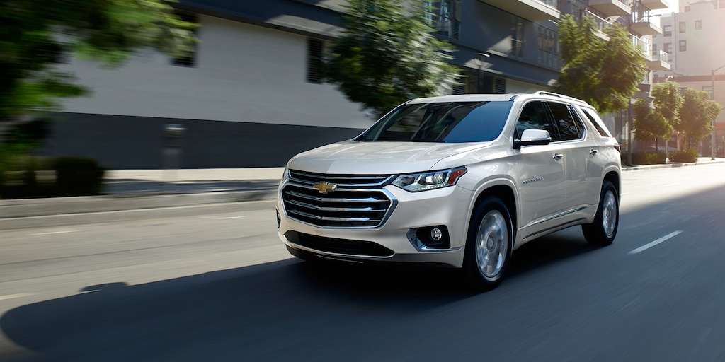 Vista frontal lateral de la SUV Chevrolet Traverse 2020 de tamaño mediano en movimiento