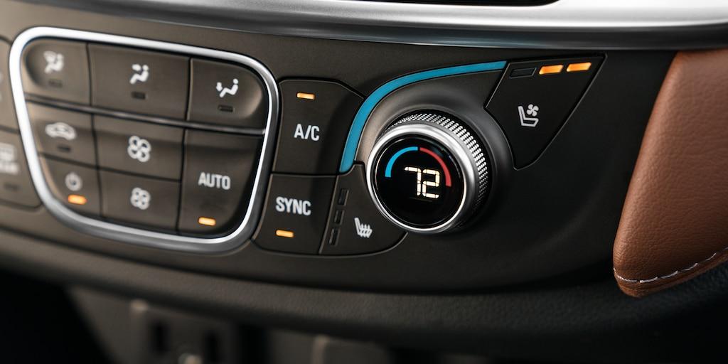 Controles de la temperatura interior en la SUV Chevrolet Traverse 2020 de tamaño mediano