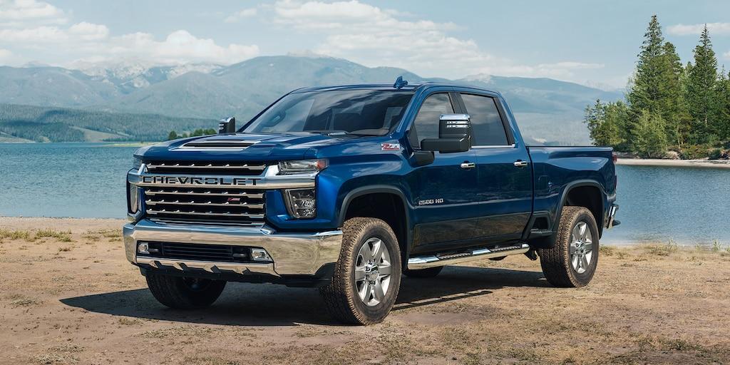 Totalmente nueva camioneta Chevy Silverado HD 2020: vista delantera de la esquina cerca de la orilla de un lago