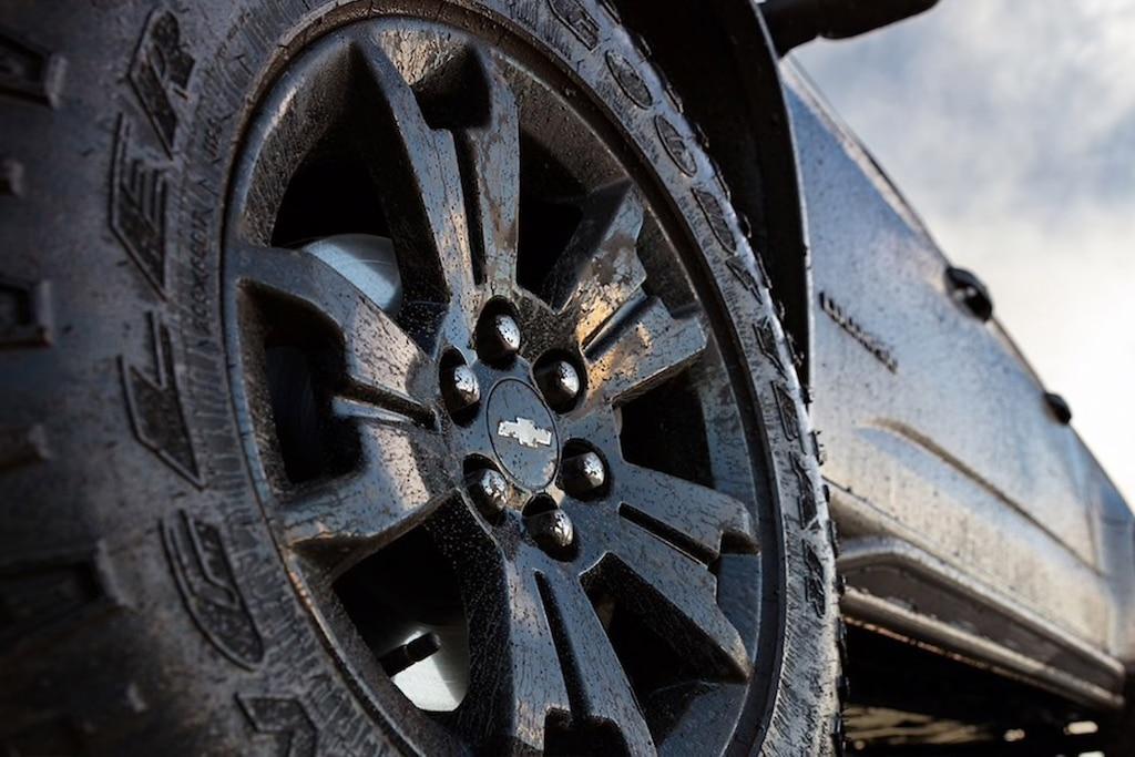 Rines en Negro de la camioneta todoterreno Chevrolet Colorado ZR2 2020 edición Midnight
