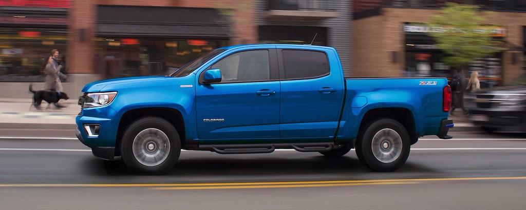 Vista frontal en ángulo del lado del acompañante de la camioneta de tamaño mediano Chevrolet Colorado 2020