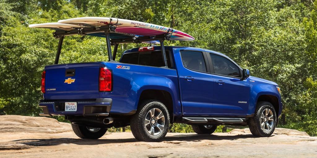 Camioneta de tamaño mediano Chevrolet Colorado 2020 con bastidor de carga trasero y tablas de surf
