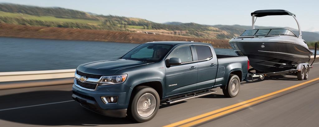 Camioneta de tamaño mediano Chevrolet Colorado 2020 remolcando una embarcación