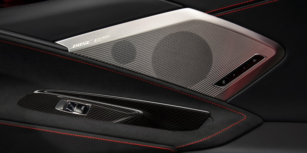 Interior de la puerta del auto deportivo con motor al medio Chevrolet Corvette 2021
