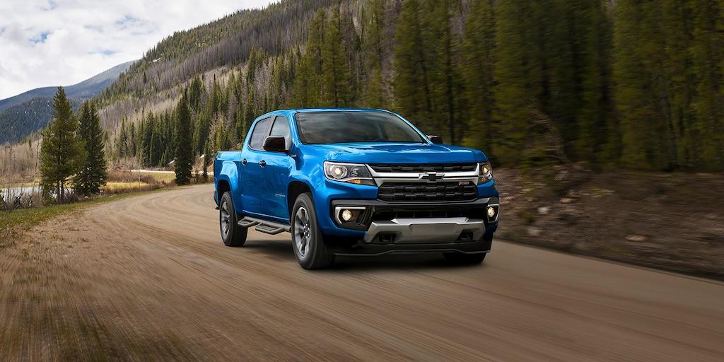 Camioneta Chevrolet Colorado 2021 andando por montañas