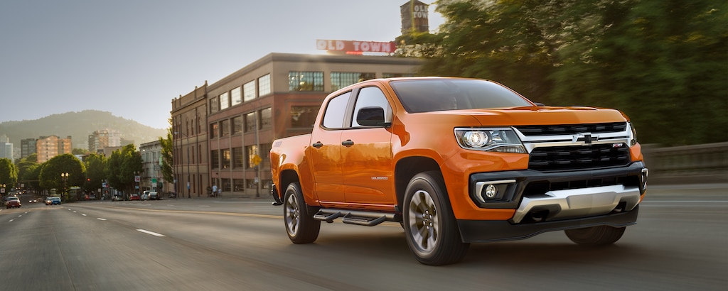 Chevrolet Colorado ZR2 2021 andando por un terreno agreste