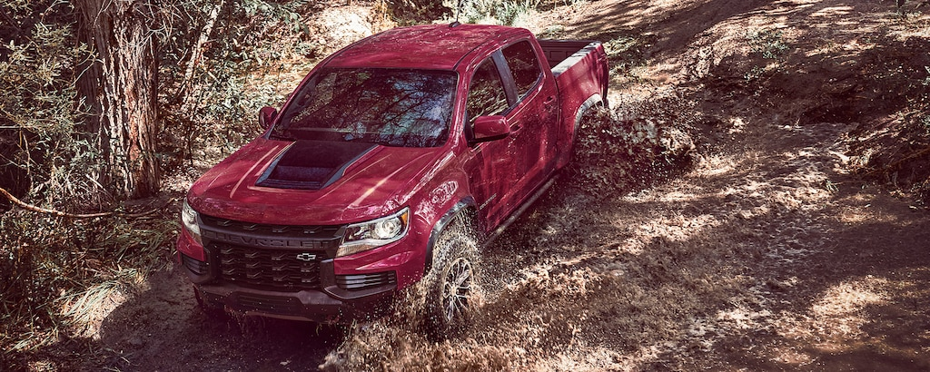 Chevrolet Colorado ZR2 2021 andando por lodo