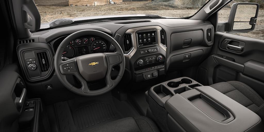 Tablero interno y pantalla táctil de infoentretenimiento de Chevrolet Silverado 3500 HD chasis con cabina 2022