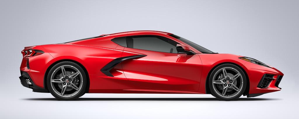 Vista del perfil lateral del auto deportivo con motor al medio Chevrolet Corvette 2022