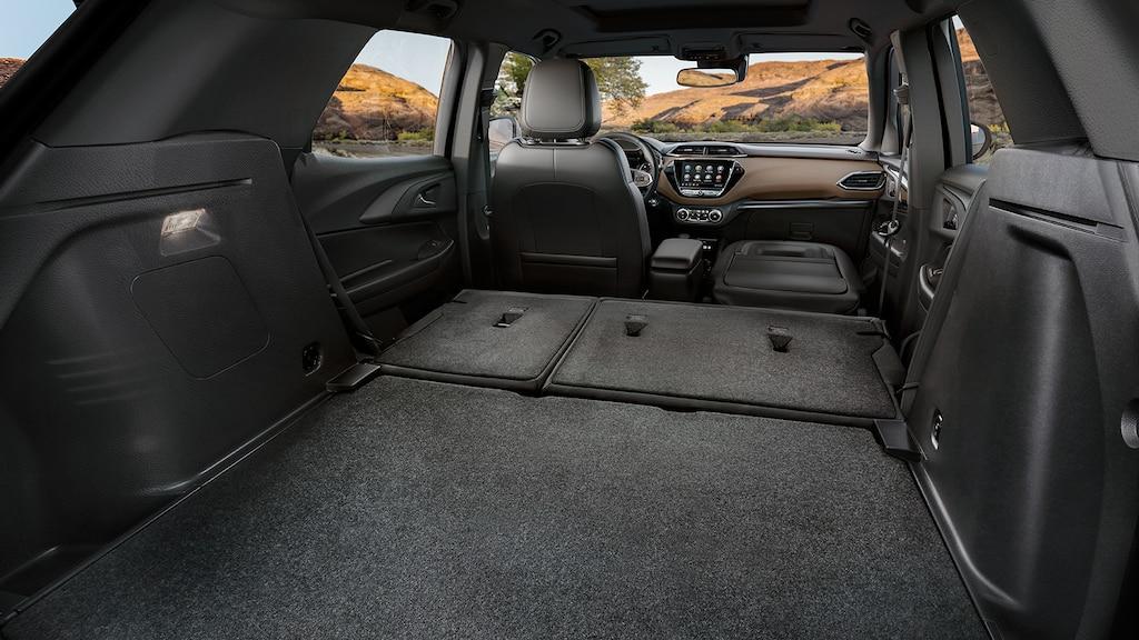 Espacio de carga interior con los asientos plegados en laSUVChevrolet Trailblazer2022