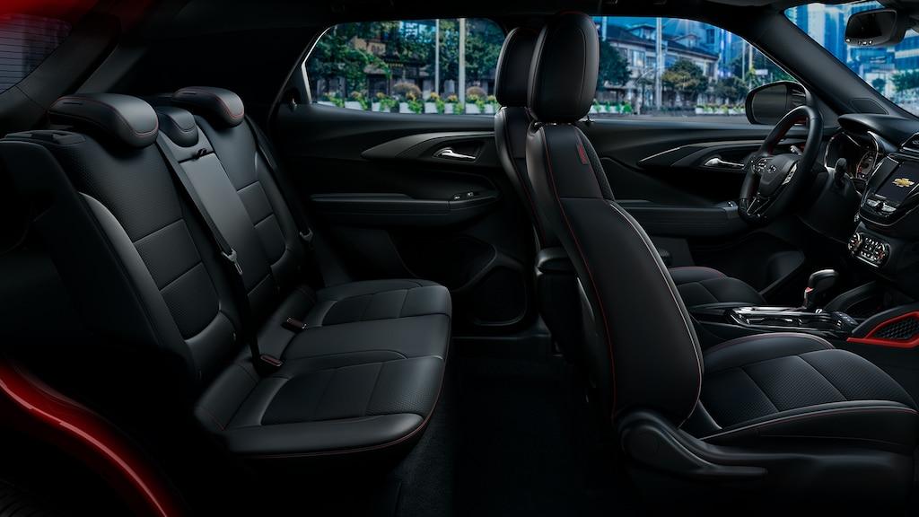 Toma lateral de los asientos delanteros y traseros de la SUVChevrolet Trailblazer2022