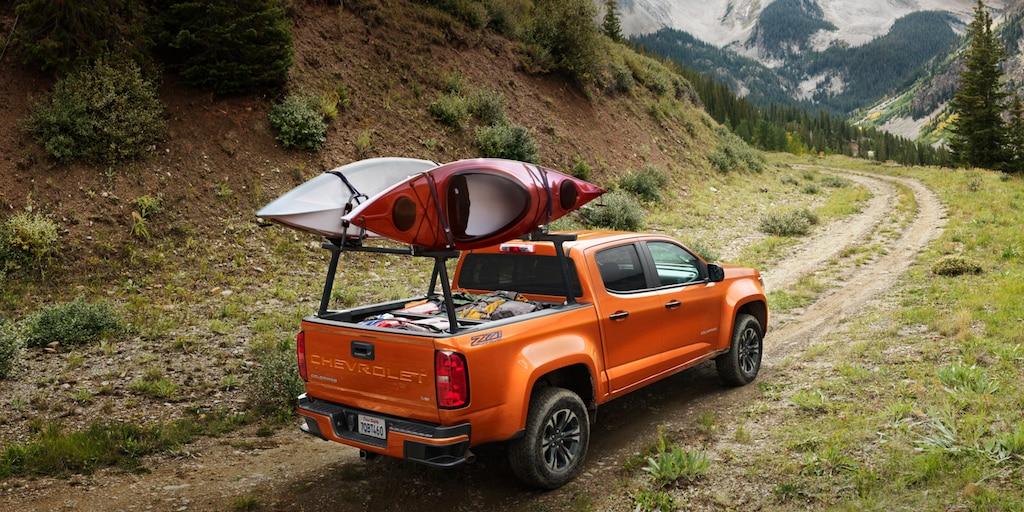 Capacidades de la camioneta Chevrolet Colorado 2022 de tamaño pequeño con soporte para kayak